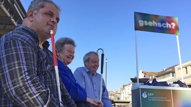 Blinde machen mit einem Informationsstand vor dem Rathaus auf ihre Forderung aufmerksam.