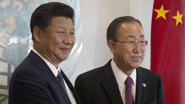 Zwei Männer lächeln in die Kamera, im Hintergrund das UNO-Symbol.