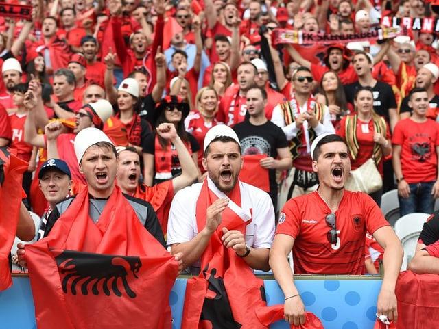 Ils fans Albanais cun lur chapitschas renomadas.