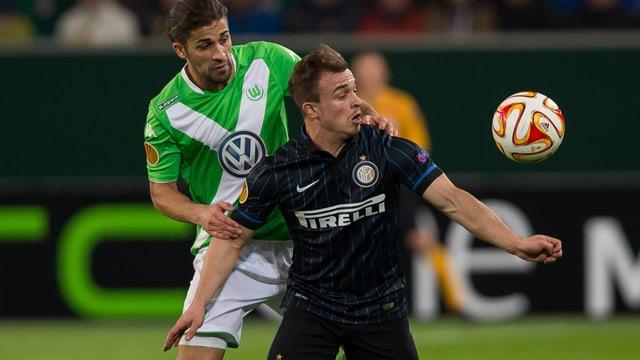 Xherdan Shaqiri im Zweikampf mit Ricardo Rodriguez vom Vfl Wolfsburg