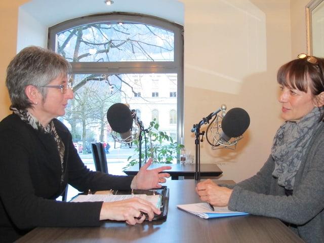 Regierungsrätin Christine Bickel im Gespräch mit Redaktorin Maria Lorenzetti.