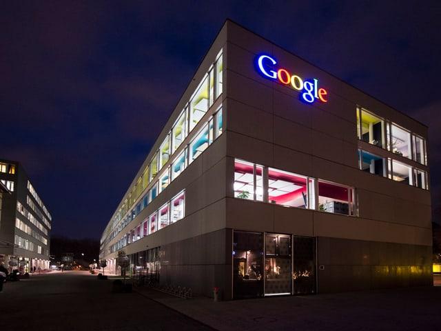 Der Google-Sitz in Zürich mit farbiger Leuchtschrift.