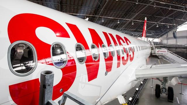 Ein Flugzeug der Swiss in einem Hangar