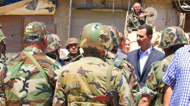 Assad mit Soldaten.