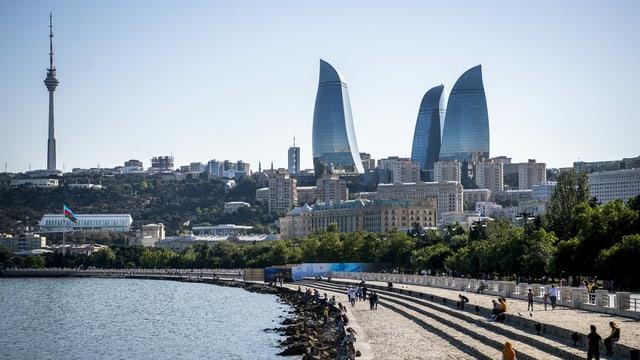 Sicht auf die Altstadt der aserbaidschanischen Hauptstadt Baku mit dem Hochhauskomplex Flame Towers am 09. Juni 2021.