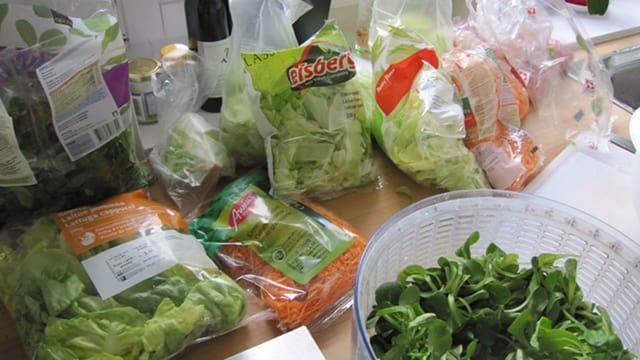 Verschiedene frische und abgepackte Salate