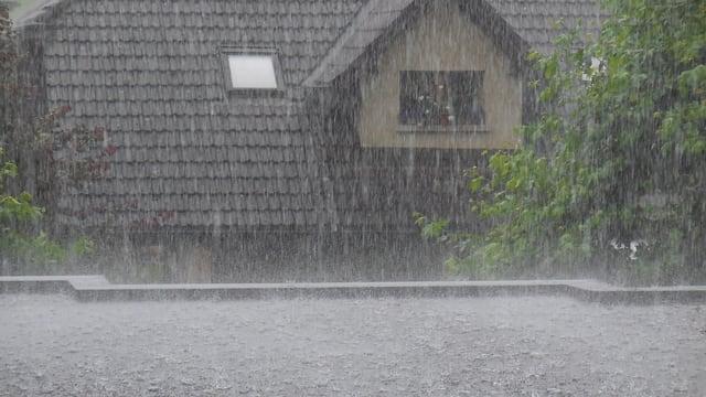 Regen prasselt hernieder.