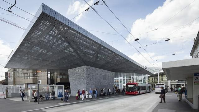 Ein Bus fährt in den Busbahnhof in Winterthur ein.