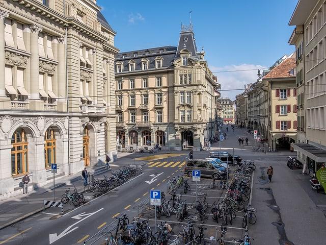 La plazza a la fin da la Aarbergergasse a Berna. Vista vers il Waisenhausplatz.