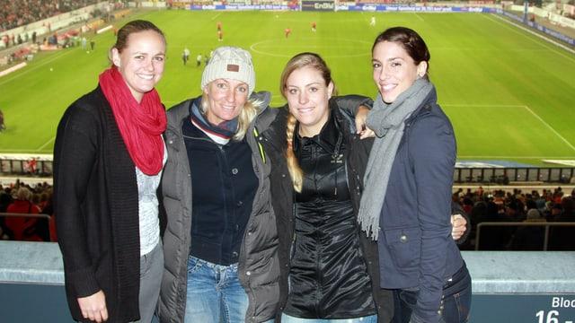 Kerber mit dem Fed-Cup-Team anlässlich eines Bundesliga-Spiels 2012.