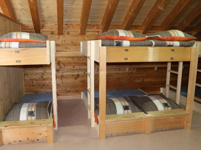 Doppelbette mit Abstand dazwischen.