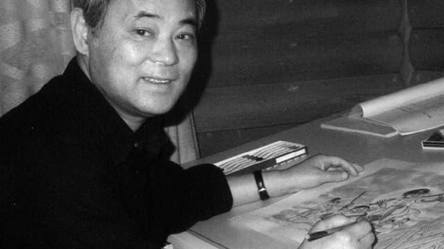Der Comiczeichner Keiji Nakazawa sitzt am Zeichnungstisch.