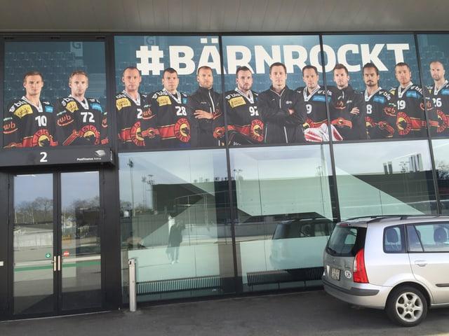 Stadion-Fassade mit dem Hashtag «Bärn rockt»