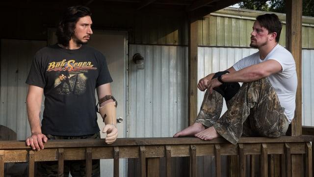Die Brüder Logan auf der Veranda.