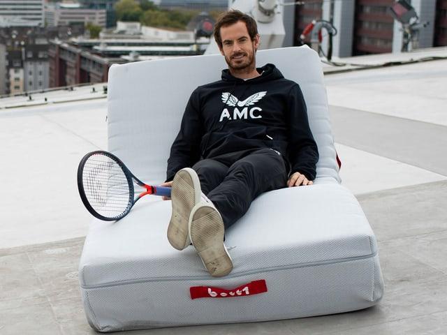 Andy Murray sitzt auf einer Couch