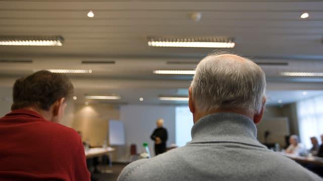 Ältere Person in Schulungsraum