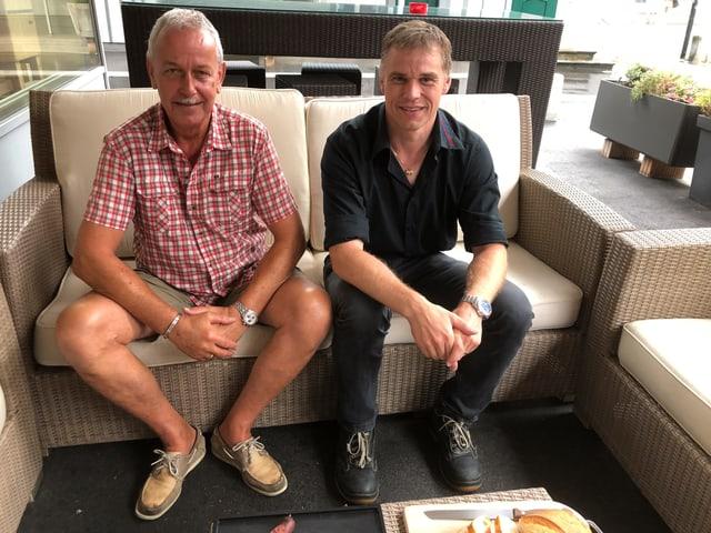 Der Erfinder der Chriesi-Wurst Marcel Rinderli und der Produzent Christian Rogenmoser sitzen auf dem Sofa.