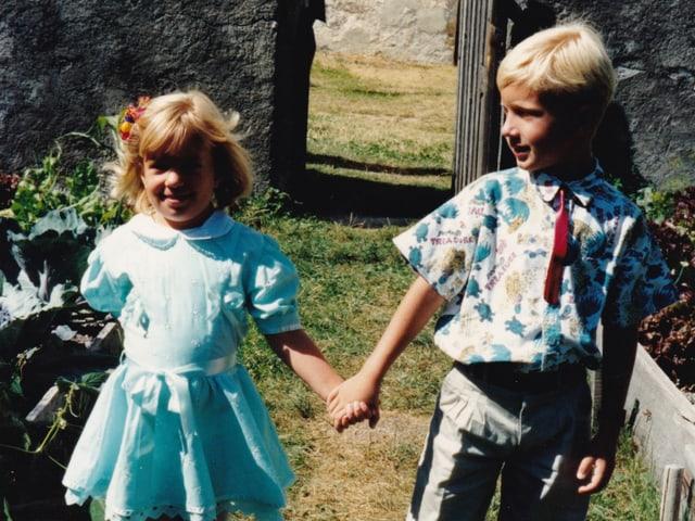 Büssi mit Schwester und dem Versuch einer Krawatte über dem Versuch eines Hemds. Heute wär's wieder in.