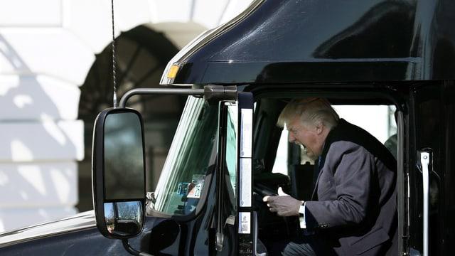 Trump am Steuer eines Trucks.