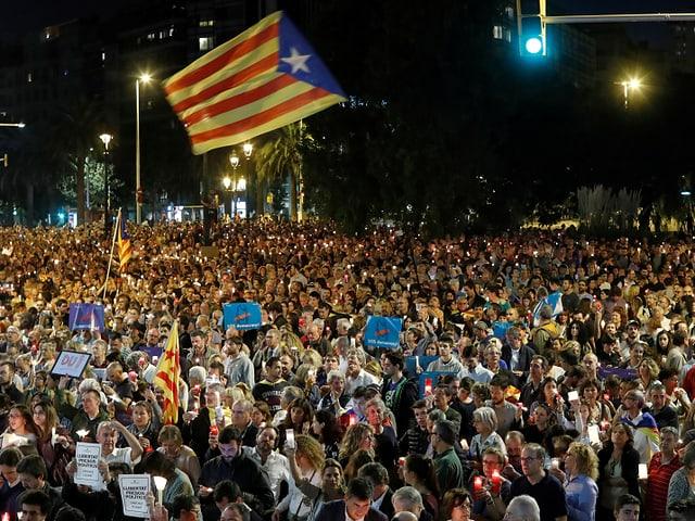 Unabhängigkeitsbefürworter mit Schildern
