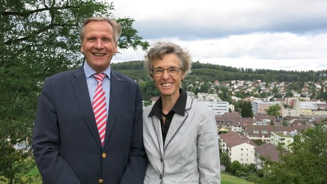 Ueli Studer und Katrin Sedlmayer, im Hintergrund Köniz Zentrum und der Könizberg.