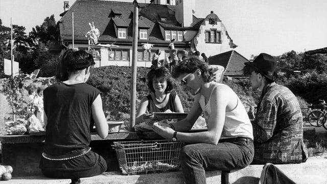 Schwarzweiss-Bild: Vier Jugendliche sitzen 1988 vor der Alten Stadtgärtnerei.