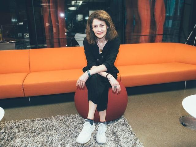 Sina posiert im Radiostudio für Fotos.
