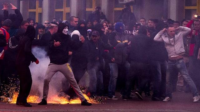 Rechtsradikale greifen im osttschechischen Ostrava die Polizei an.
