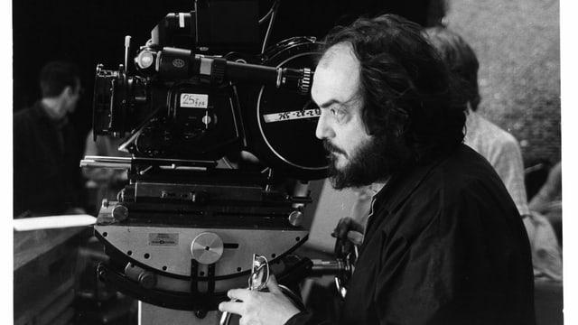 Stanley Kubrick blickt am Set von «Doctor Sleep» durch eine Kamera.