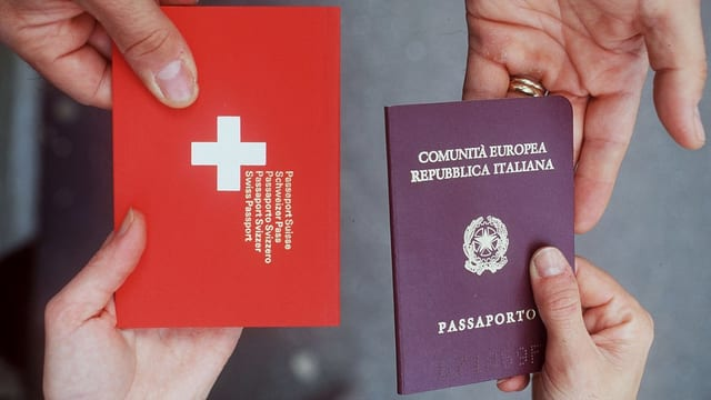 Ein Schweizer und ein italienischer Pass werden von zwei Personen ausgestauscht