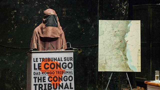 "EIn evermumte PErson an einem Podium mit der Aufschrift ""Le Tribunal sur le Conge"""
