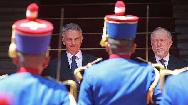 Burkhalter und Peirano vor einer Ehrengarde.