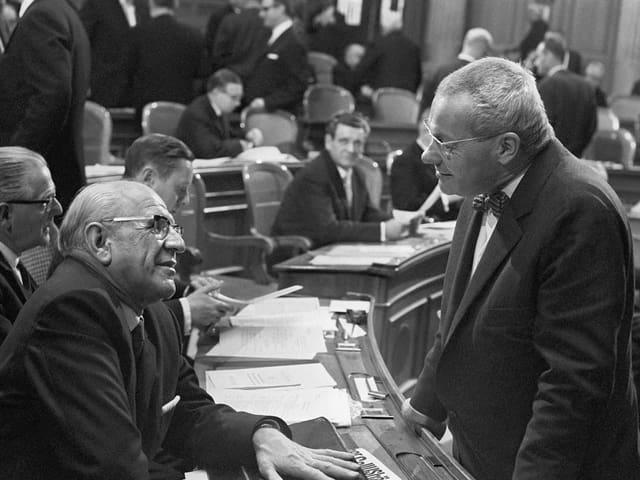 Alfred Rasser (links im Bild) mit Max Bill am 4.12.1967 im Nationalrat in Bern.