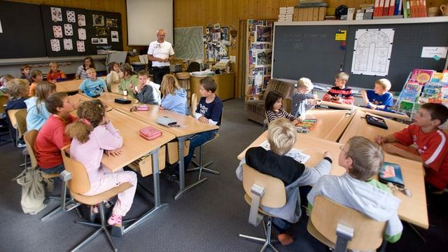 Blick in ein Klassenzimmer mit Schülern.