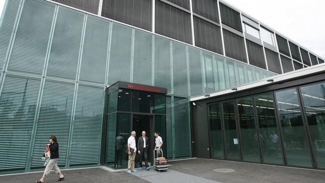 Blick zum Eingang des Zuger Kantonsspitals in Baar.