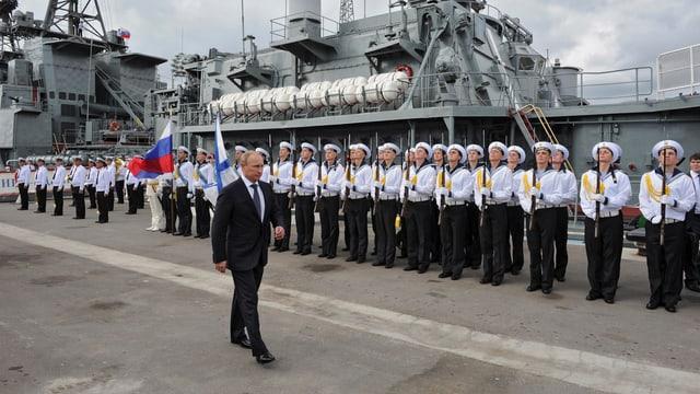 Putin vor Matrosen