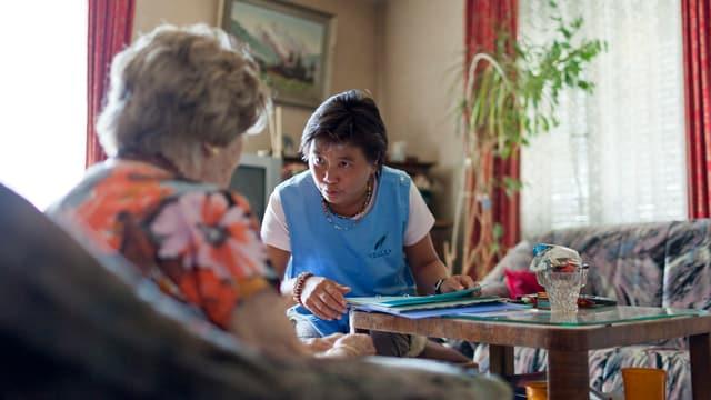 Spitex-Mitarbeiterin bei einer Kundin in Biel