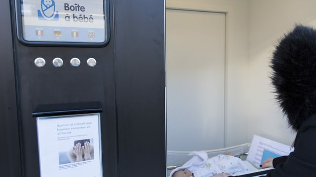 Gestellte Szene Babyfenster Spital Sion