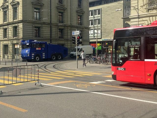 Der Wasserwerfer stand bereit, die Strasse wurde gesperrt und der öffentliche Verkehr wurde umgeleitet.