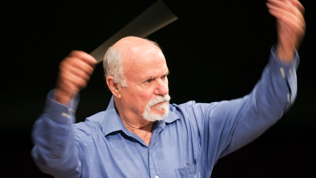 Zinman, dirigierend, im blauen Hemd