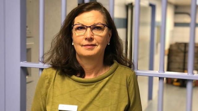 Karin Eggli vor Gittern