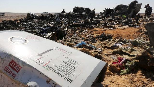 Blich über en Trümmerfeld: Grosses weisses Trümmerteil im Vordergrund, hinten Gepäckstücke und weitere Trümmer