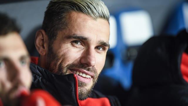 Valon Behrami lächelt entspannt auf der Ersatzbank.