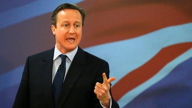 David Cameron vor einer britischen Flagge