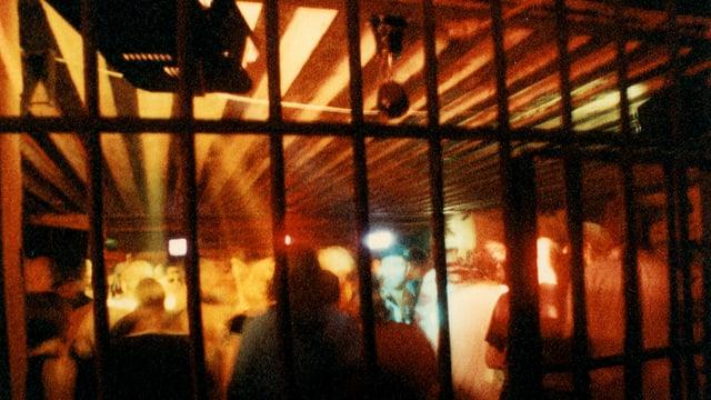 Eine Tanzfläche hinter Gittern.