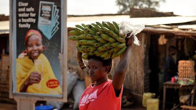 Eine Frau trägt in Südsudan eine Bananenstaude.