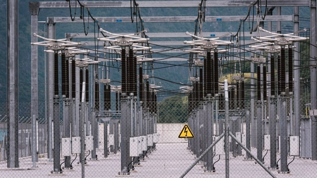pilaster d'electricitad en regiun muntagnarda.