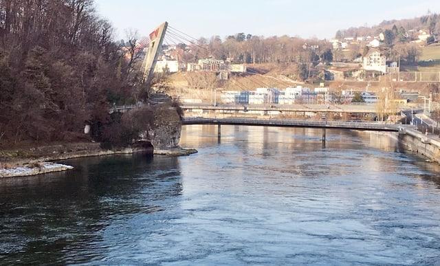 Rhein mit grossem Fels am Ufer.