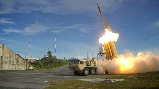 Eine Rakete wird von einem Lastwagen gezündet.