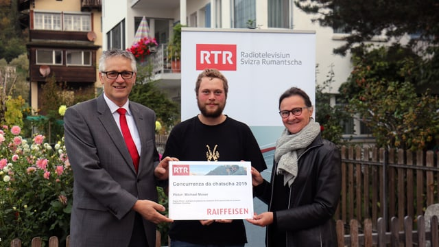 Da sanester: Gabriel Casutt, Banca Raiffeisen Surselva, Michael Moser, victur, e Marionna Lombriser, moderatura dal Radio Rumantsch.